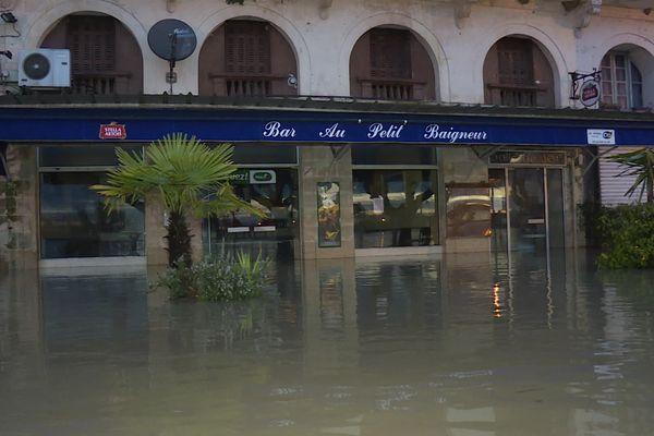 """Le restaurant """"Au petit baigneur"""" a pris l'eau, La Réole, Gironde, 2 février 2021."""