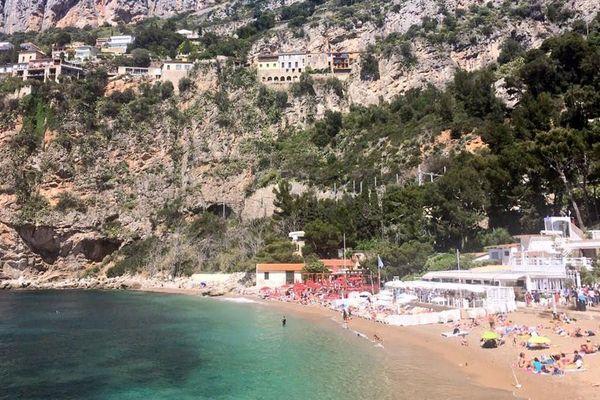 La plage de la Mala, à flanc de falaise, sur la commune de Cap d'Ail.
