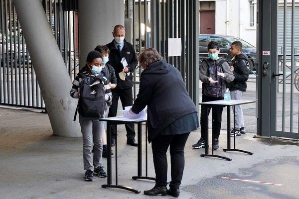 Des élèves se désinfectent les mains avant de rentrer dans un collège de Marseille. (Illustration)