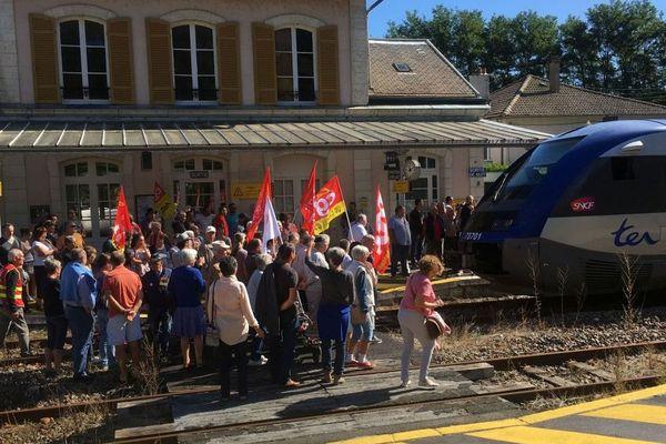 Le comité de défense de la ligne ferrovière Aurillac-Brive a organisé une manifestation et a bloqué symboliquement un train en gare de Laroquebrou dans le Cantal pour s'opposer à la fermeture du guichet