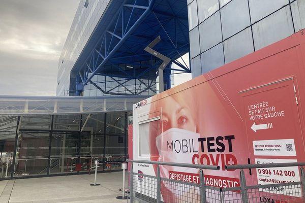 """Devant la gare de Rennes, une box """"Mobiltest"""" peut tester jusqu'à 200 voyageurs par jours."""
