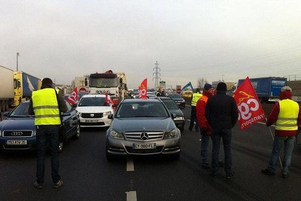 Les routiers bloquent la rocade au niveau de la porte de Lorient ce 20/01/2015