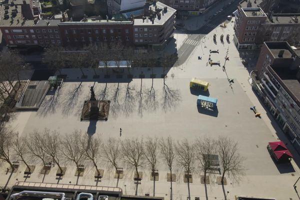 La statue de Jean Bart... bien seule au milieu de la place qui porte son nom.