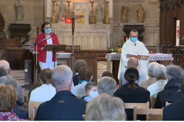 Quelques jours après la fin du confinement imposé par l'épidémie de coronavirus covid-19, une messe a été organisée à Saint-Seine-L'Abbaye, en Côte-d'Or, dimanche 24 mai 2020.