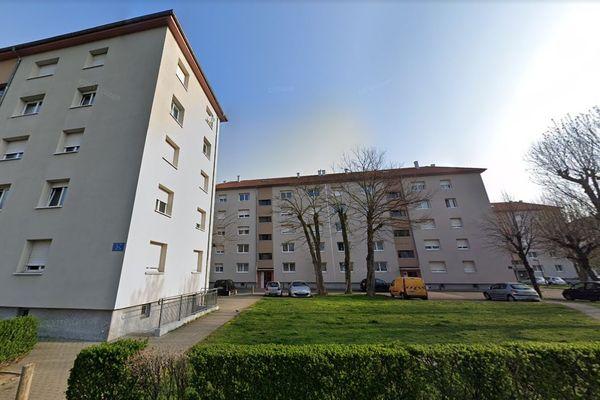 La femme a été retrouvée sur le trottoir au bout de la rue de l'Ill, au nord de Strasbourg.