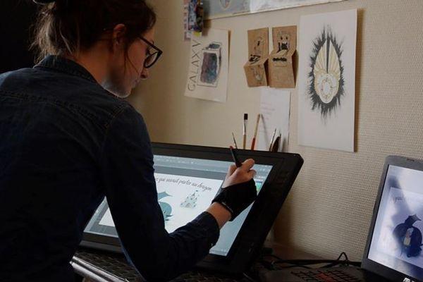 Clémentine Rio imagine le dessin qui va accompagner l'histoire à l'aide d'une palette graphique.