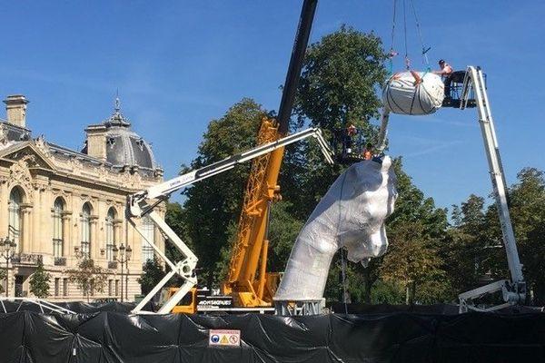 Le Bouquet de tulipes, oeuvre monumentale et controversée de l'artiste américain Jeff Koons, en cours d'installation à Paris le 24 août 2019.