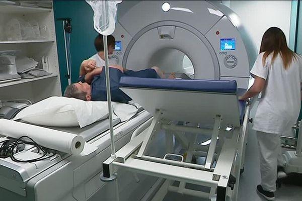 La première patiente à bénéficier de l'IRM de l'hôpital de Lillebonne (Seine-Maritime).