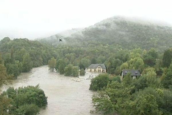 Les pompiers ont dû hélitreuiller les riverains de cette centrale hydroélectrique près de Lourdes.