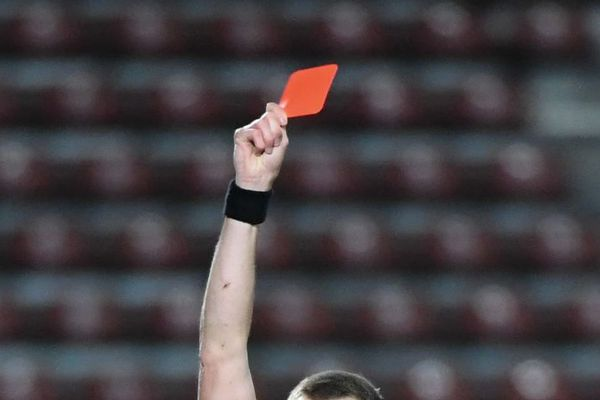 L'arbitre du derby entre les clubs de rugby de Tarbes et Lannemezan a dû sortir au total 7 cartons rouges et 3 jaunes au cours d'une rencontre disputée dans un climat détestable.