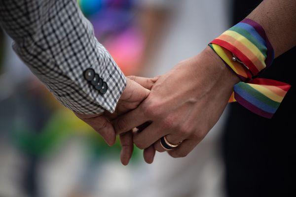 Un couple se tenant la main pour défendre le mariage pour tous, à Hong-Kong, le 25 mai 2019.