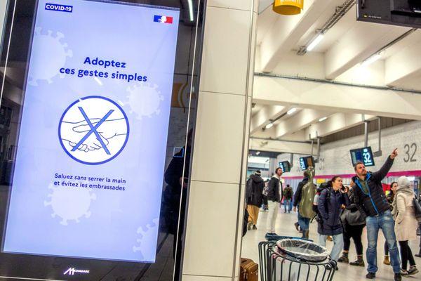La SNCF affiche des messages de prévention au coronavirus dans ses gares.