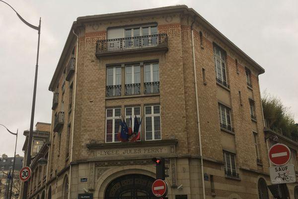 Dans un lycée du XXe arrondissement, le lycée Maurice-Ravel, les élèves ont été confinés jusqu'en fin de matinée