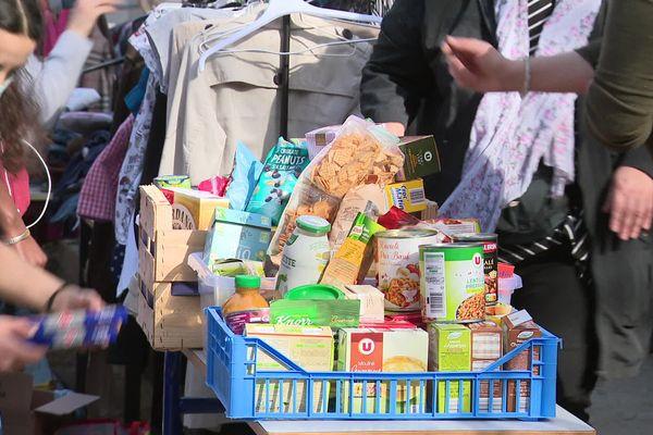 """L'association """"Les Josettes"""" distribue des vêtements et des produits d'hygiène à la faculté de lettres de Besançon"""