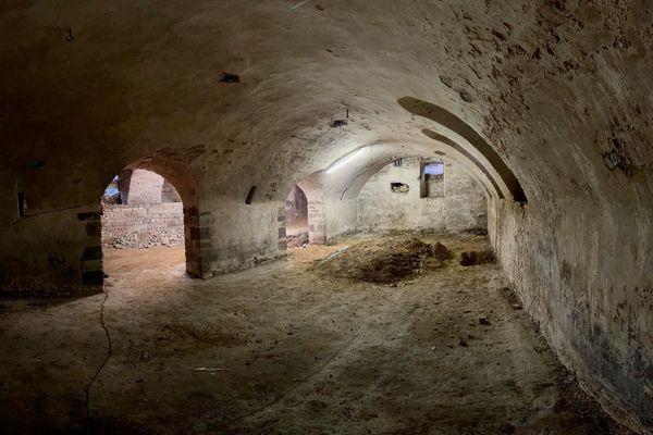 La cave du bâtiment. Il s'agira de retirer l'enduit qui recouvre la maçonnerie pour rendre les pierres apparentes.