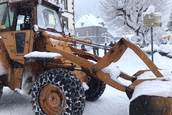 Au Mont-Dore, plus de 60 centimètres de neige recouvrent les trottoirs de la station depuis mardi 29 décembre.