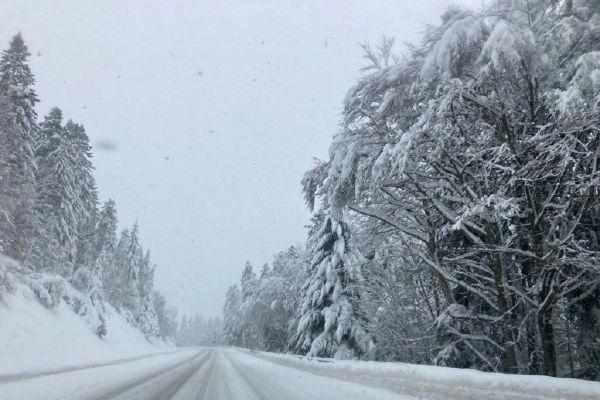 Les routes sont enneigés ce jeudi 10 décembre, les routes sont enneigées dans le Cantal.