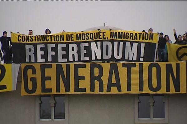 Les militants identitaires sur le toit de la mosquée de Poitiers