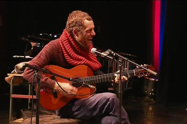 Le chanteur Barcella accompagne à la guitare le chœur des élèves de Haute-Saône.