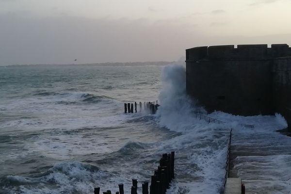 Saint-Malo chahuté par les vagues