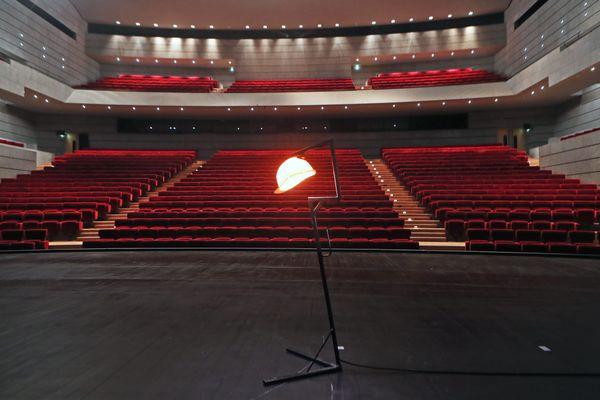 Une servante allumée sur la scène du théâtre de Mulhouse La Filature (image d'illustration)