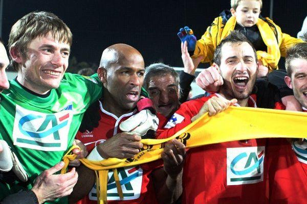 22/01/14 - Le gardien de L'Ile Rousse, Florent Menozzi (en vert) célèbre la victoire héroïque sur Bordeaux