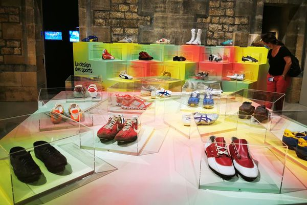 Les baskets ont rapidement un moyen de se démarquer et de montrer son appartenance à un milieu ou un sport. Exposition au musée des arts décoratifs de Bordeaux.