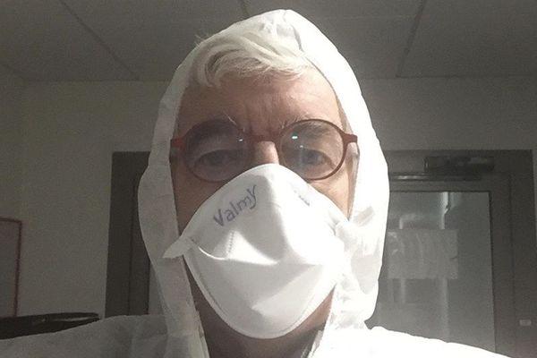 Le maire de Noyal-Pontivy, s'est filmé en tenue de protection, masque sur le visage, pour alerter sur l'épidémie de coronavirus.