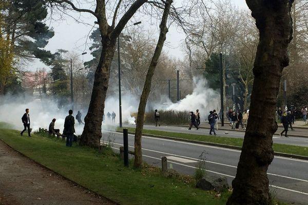 A Nantes, les derniers manifestants sont dispersés par gaz lacrymogènes au niveau des facultés, le 24 mars 2016.