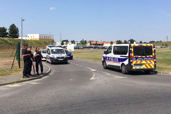 Un dispositif policier devant le centre pénitentiaire de Réau, en Seine-et-Marne, d'où s'est évadé Rédoine Faïd, dimanche 1er juin.