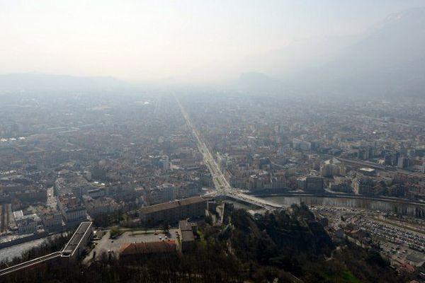 La ville de Grenoble lors d'un épisode de pollution aux particules fines en mars 2014