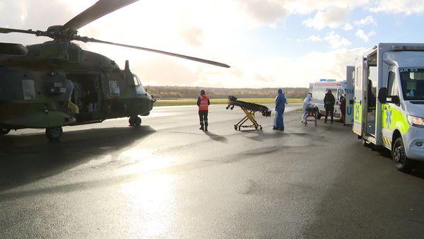 Sur l'aérodrome de la Vèze près de Besançon, des malades du Covid sont évacués vers l'Alsace.