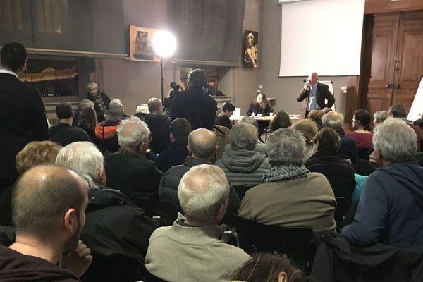 Un précédent débat organisé à Grenoble par la députée LREM Emilie Chalas avait réuni une centaine de participants.