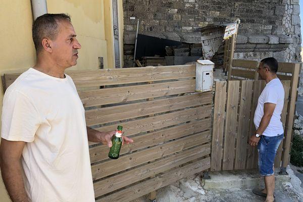 Malik Zergua a installé des barrières autour de sa maison au Vallon des Auffes à Marseille.