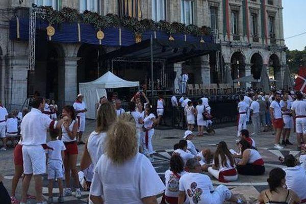Les festayres devant la mairie de Bayonne