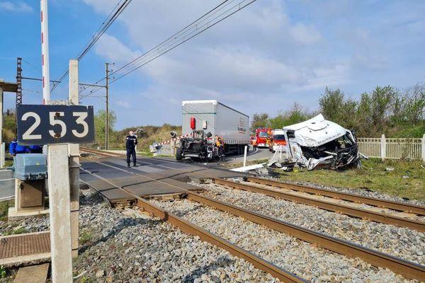 La cabine du camion a été heurtée deplein fouet par la locomotive