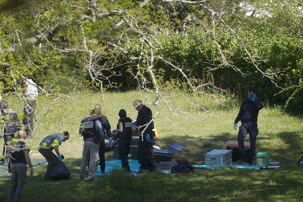 Des équipes de police et de déminage identifient une des caches d'armes livrées par l'ETA à Saint-Pée-sur-Nivelle le 8 avril. L'organisation a officiellement rendu les armes ce samedi.