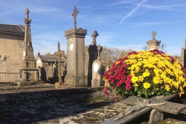 Tombes fleuries au cimetière de Louyat, à Limoges.