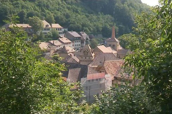 Romainmôtier, bourg médiéval situé non loin de la frontière avec la France