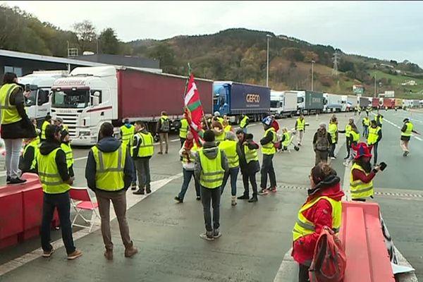 Les camions bloqués à la frontière espagnole au péage de Biriatou, dans le Pays basque.
