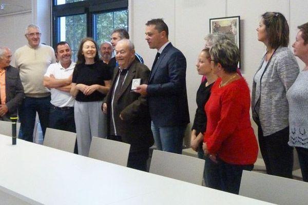 La municipalité de Buzançais accepte la donation d'Hubert Phillippeau (au centre) lors du conseil municipal du 8 septembre 2017.