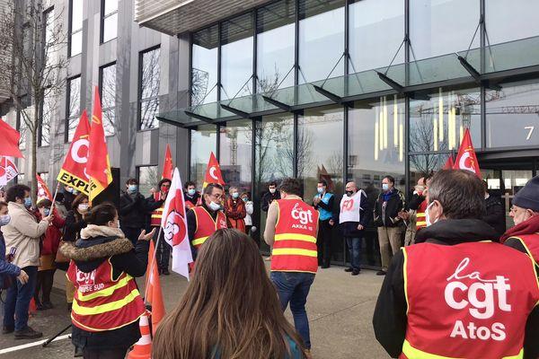 Mobilisation des salariés à l'appel des syndicats, ce 21 janvier 2021, devant le site de Blagnac, pour s'opposer au plan social en cours.