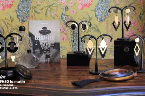 Meubles, miroirs, présentoirs, portraits ... l'atelier boutique de la rue Romarin est emprunt de cette atmosphère Belle Epoque. La maîtresse des lieux a apporté un soin particulier à l'ambiance.