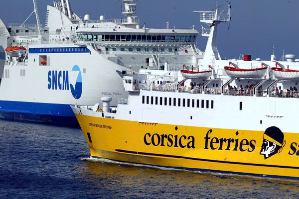Un navire de la Corsica Ferries et un navire de la SNCM face à face à l'entrée du port de Bastia, en 2010. La justice a sanctionné les conditions de la délégation de service public de desserte maritime de la Corse entre 2007 et 2013, qui aurait avantagé la SNCM.