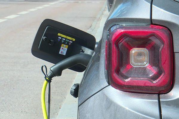 Trouver une place, avoir le câble adéquat. Le rechargement des voitures électriques doit progresser vers la simplicité