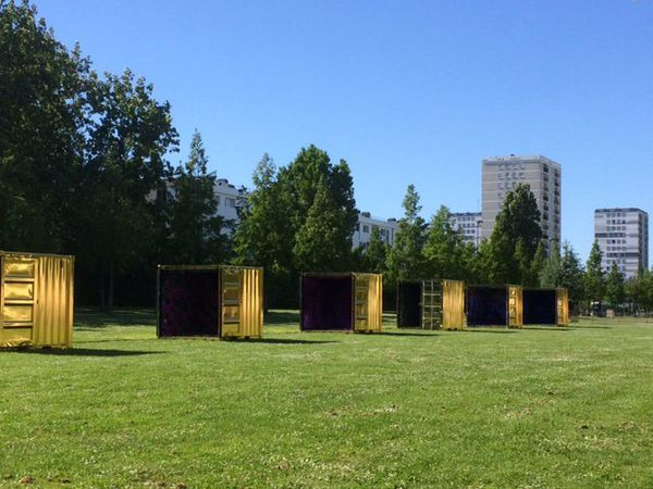 """Les """"Golden cubes"""" au pré-fleuri (oeuvre de Fanny Bouyagui)"""