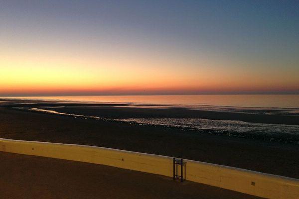 Dans le Calvados, coucher de soleil automnal sur la Côte Fleurie, à Villers-sur-Mer.