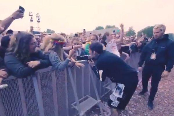 Oliver Sykes, chanteur de Bring Me The Horizon, n'a pas eu de succès auprès de cette jeune festivalière.
