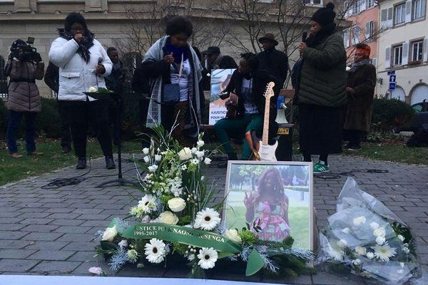 Naomi aimait faire de la musique avec sa famille. C'est donc avec des chants qu'un hommage lui a été rendu, place de l'hôpital à Strasbourg, samedi 29 décembre.