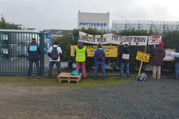 """Les manifestants """"rendent ce que l'usine leur a donné"""" avec une pointe d'humour."""